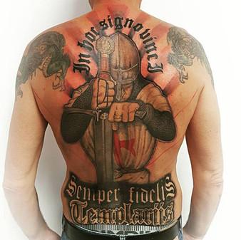 tatouage dos complet templier par yoguiot