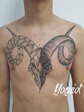 tatouage capricorne, tatouage homme ,tatouage torse, tatouage geometrique,yoguiot