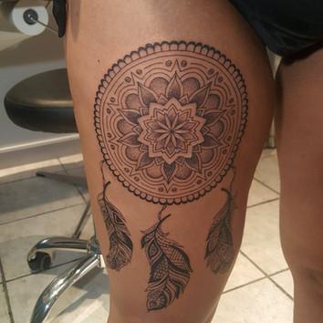 tatouage plume, tatouage mandala, tatouage cuisse, tatouage femme