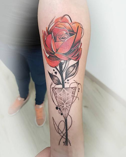 tatouage florale, tatouage bras, tatouage graphique, rose, yoguiot
