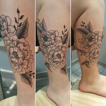 tatouage femme ,tatouage mollet, tatouage florale,yoguiot