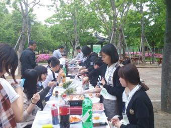봉사자, 청소년과 함께하는 '삼겹살 파티'
