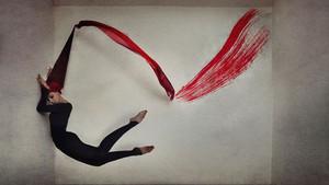 En el ensueño onírico de Kylli Sparre,  Bailarina y Fotógrafa surrealista.