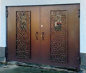 Гаражные ворота со стеклопакетами и кованными решетками