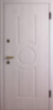 Белая входная дверь с отделкой МДФ теплых тонов