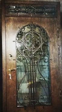 Дверь с большим стеклом и ковкой под старину в классическом стиле