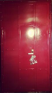 Красная металлическая дверь в стиле Лофт