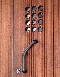 Дверная ручка и оригинальный дизайн двери аалто