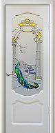 Входная белая железная дверь с витражом и порошковым полимерным покрытием