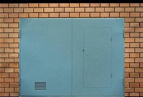 Ворота распашные с калииткой и вентиляционной решеткой
