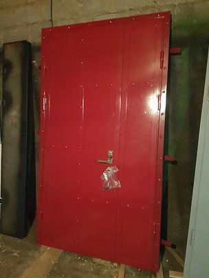 Входная дверь в стиле лофт красная