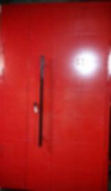 Красная парадная дверь с клепками