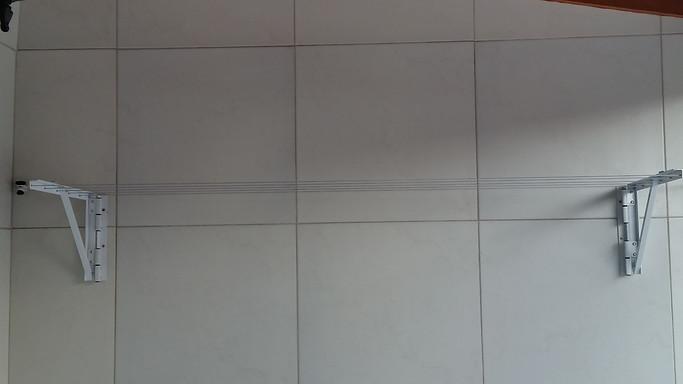 Varal para muro ou parede que se fecha e pode ser retirado com facilidade.