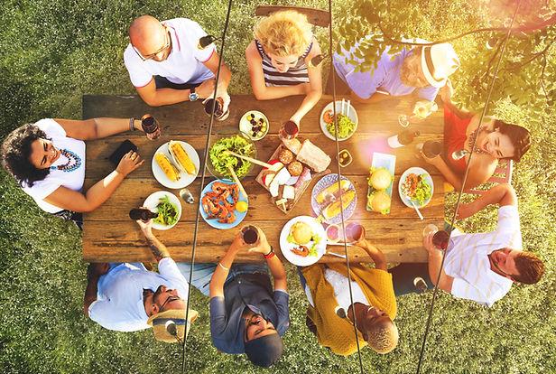 屋外のディナーパーティー
