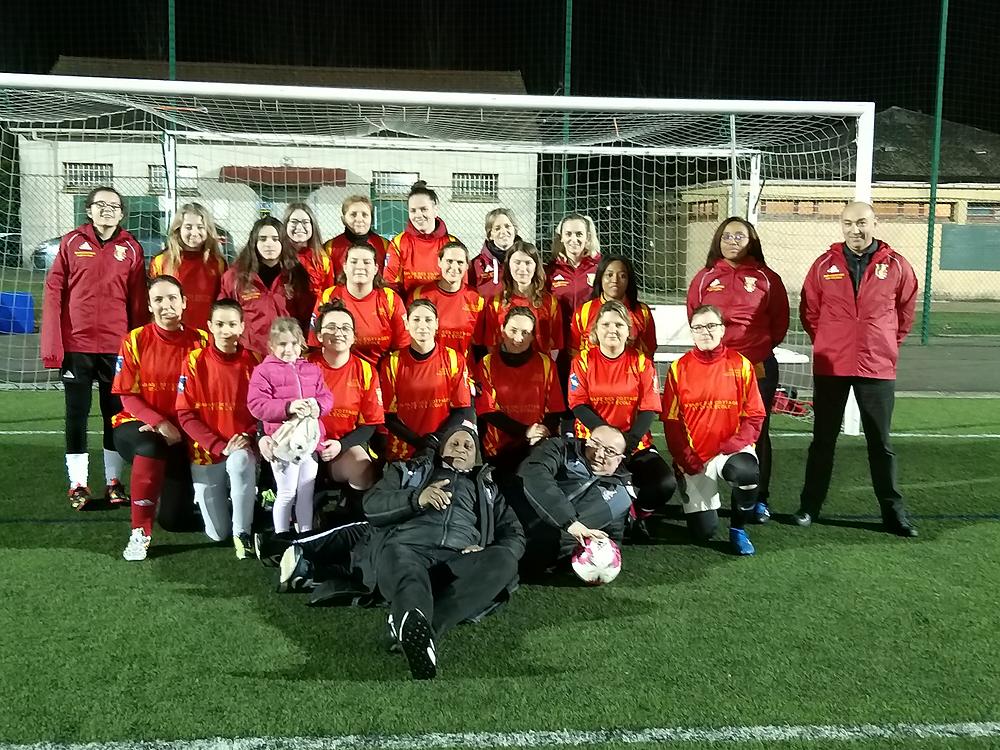 Un nouveau jeu de maillots a été offert à l'équipe féminine par le garage des cottages de Saint Cyr l'Ecole.