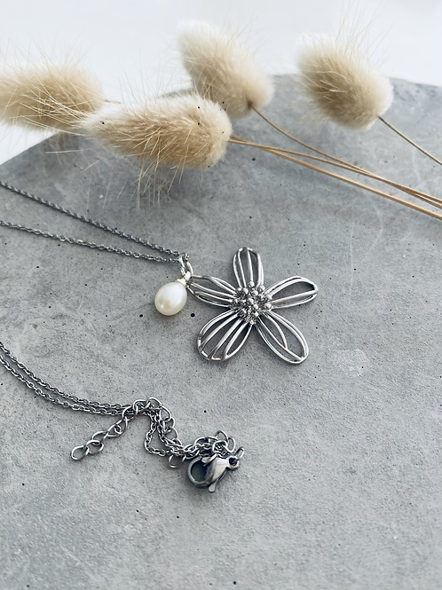 Petunia pearl pendant necklace