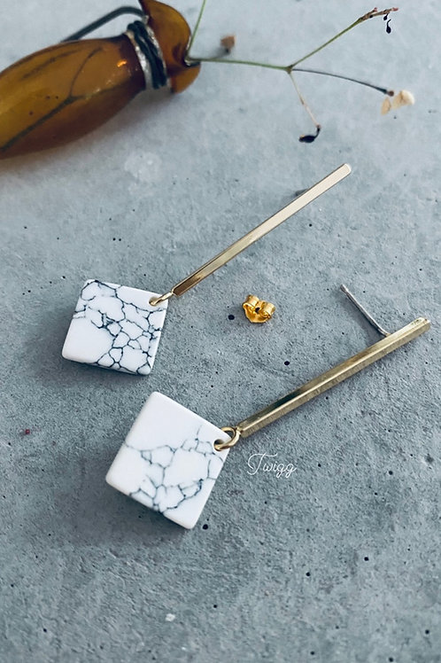 Pinned marble rod earrings - white square