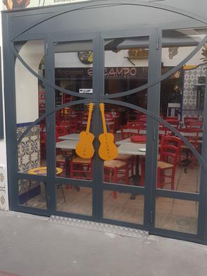 """Guitares """"ouverture de portes""""découpées au plasma"""