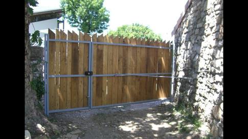 Structure métallique pour portail en bois