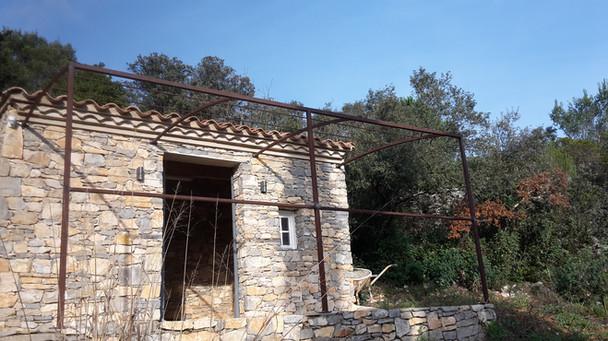 Structure métallique pour tonnelle murale
