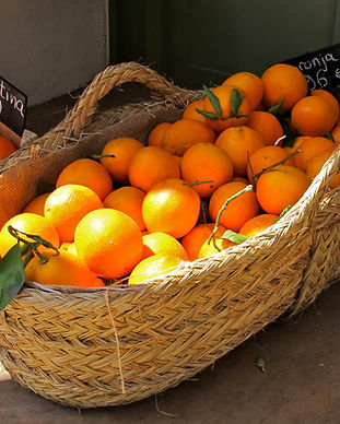 Busket if oranges and a box of clementin