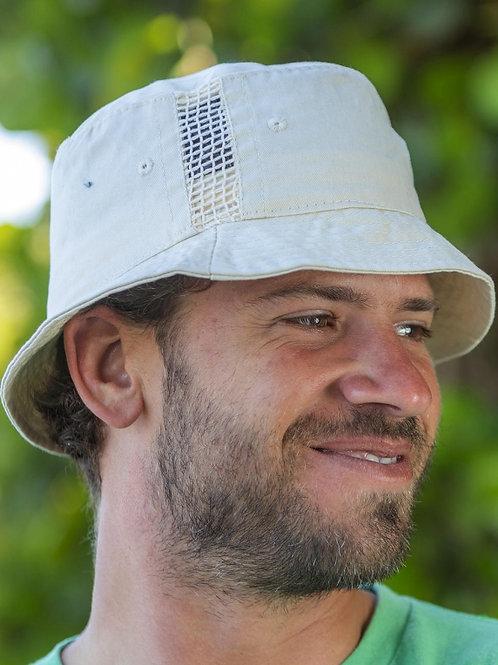 Sportowy kapelusz z wstawkami z siatki
