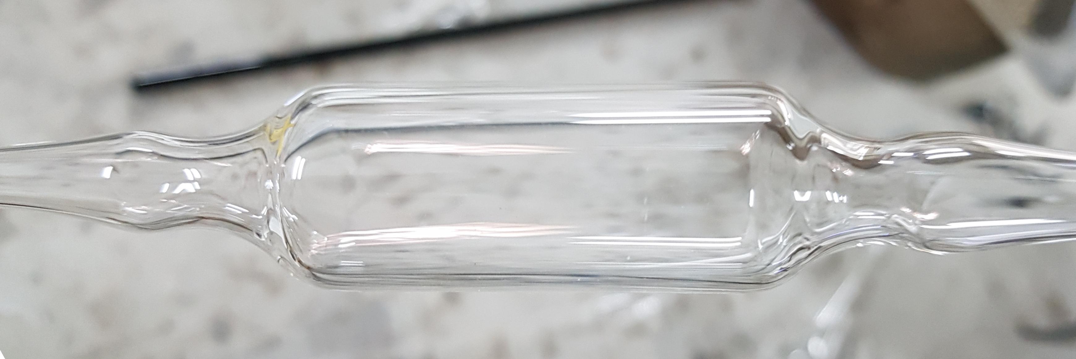 צינור זכוכית שקופה