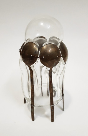 ניפוח זכוכית חמה לתוך כפיות  Blowing hot glass into spoons