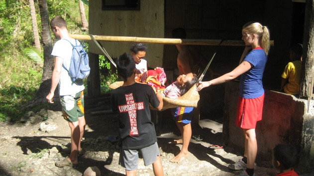 Filmproduktion, skolavslutning och ambulans gjord av bambu