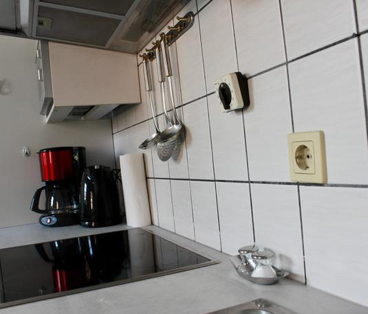 Kaffeemaschine und Wasserkocher stehen bereit