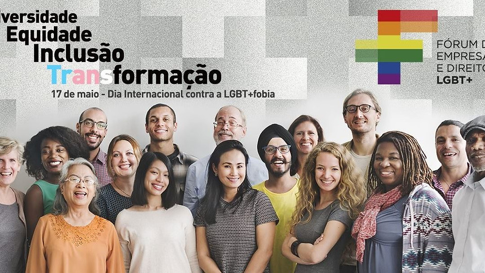Pessoas de várias raças, etnias, idades, gêneros em pé, sorrindo e olhando para frente. Texto: Diversidade, Equidade, Inclusão, Transformação. Dia Internacional de Luta contra a LGBT+fobia. Fórum de Empresas e Direitos LGBT+.