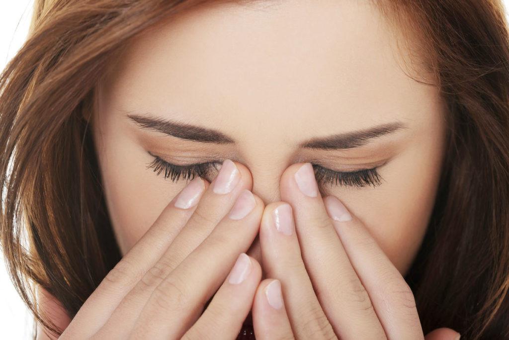 o que causa vermelhidão sob os olhos