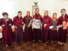 skupina starších chlapců s pomůckami první pomoci