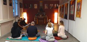 společné meditace v gompě v Centru Nala