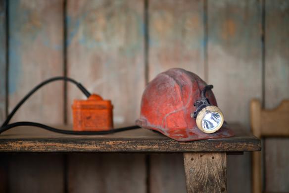 El casco con su linterna y la batería, un indispensable