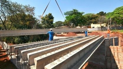 Ponte do Petrópolis recebe vigas de concreto