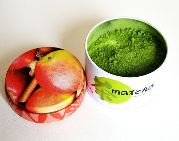 a can containing artificially flavoured matcha powder