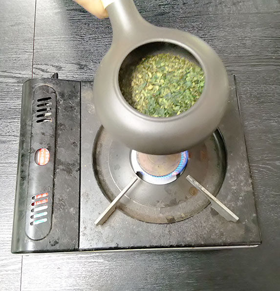 tencha being roasted in a houjiki at home