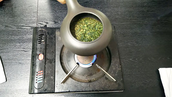 Tencha aracha being roasted using the houjiki in ordre to produce houjicha.