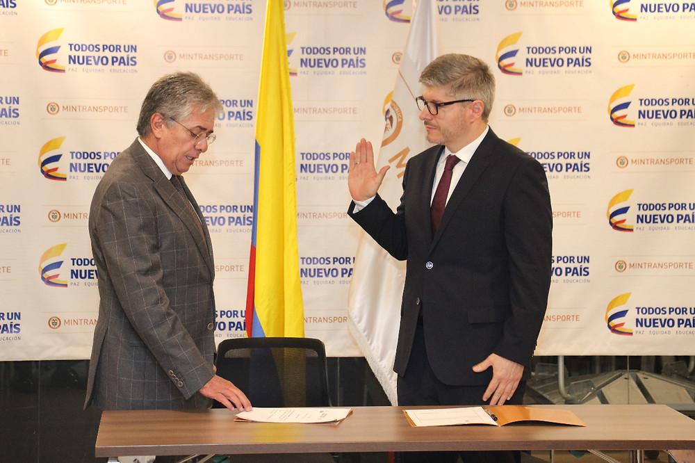 El ministro de Transporte, Germán Cardona (izq.) y el nuevo director de la Aerocivil, Juan Carlos Salazar. Foto: Grupo de Prensa Mintransporte