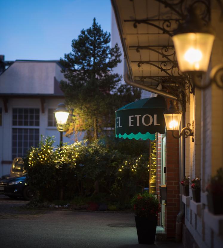 Hotel-Eingang / Abend