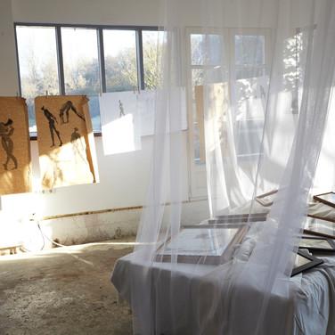 Dénudés , évanescents, les corps sont couchés dans des baldaquins de tulle.  Le visiteur découvre, aux chevets des lits , les esquisses de nus.  Une intimité, au creux des draps, dévoilée avec pudeur.  Une collection de modèles vivants offerte au regard discret.