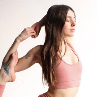IRIS SAN  Profesora de Hatha Yoga Tradicional y Kundalini Yoga, Terapeuta energética.
