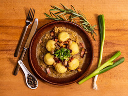 Zemiakové knedle s údeným mäsom, kyslou kapustou