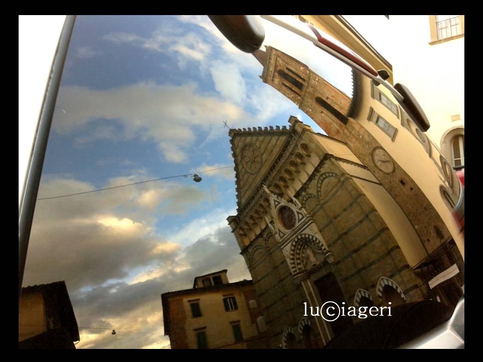 Pistoia - Auto parcheggiata davanti alla chiesa di San Paolo.jpg