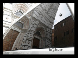 Siena - Taxi davanti al Battistero.jpg