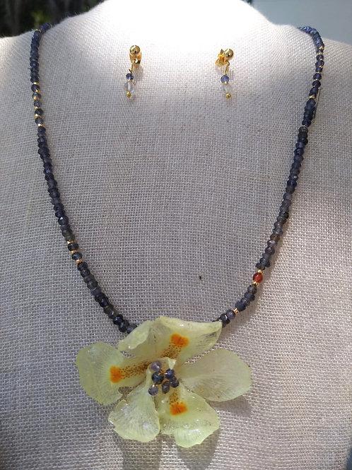 Flower with bio-resin and amethyst quartz.