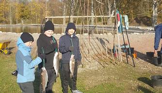 Pojat kalassa.jpg