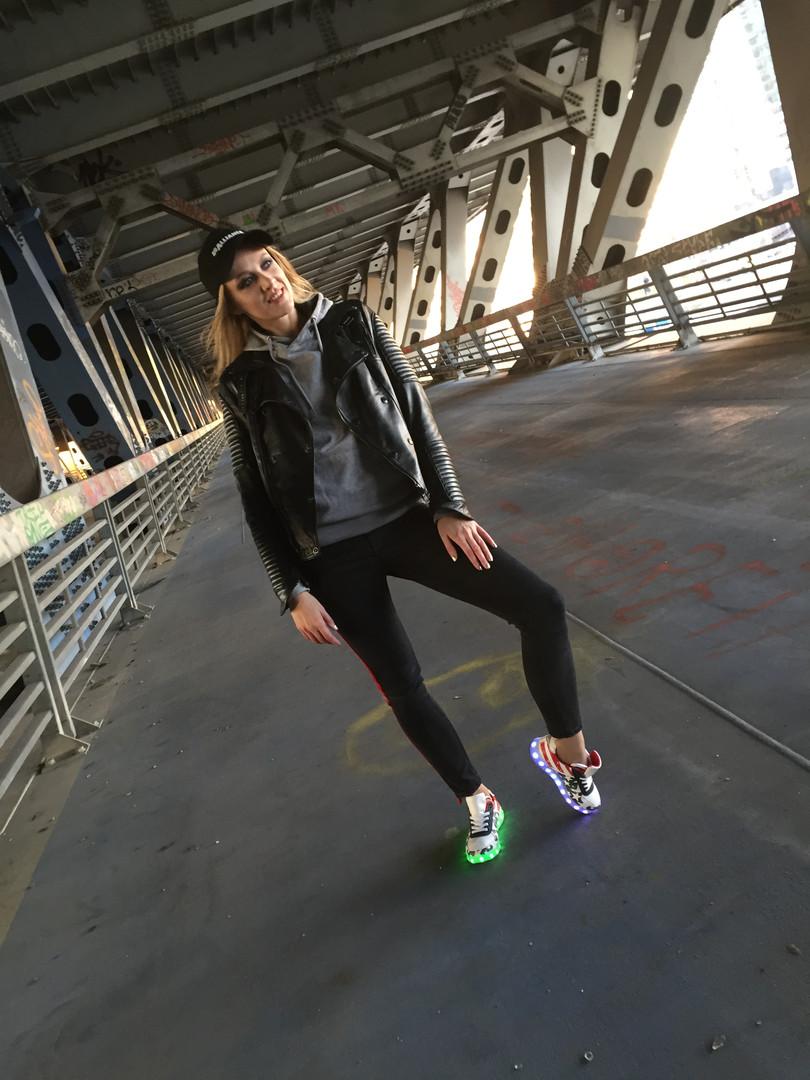 Куликова Ольга на съемке видео рекламы светящихся кроссовок
