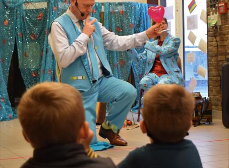 De Kleuters en leerlingen van de lagere school kregen een voorstelling van Kip van Troje aangeboden